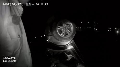 阳信一男子驾车冲进水渠中被困 警方极力救援