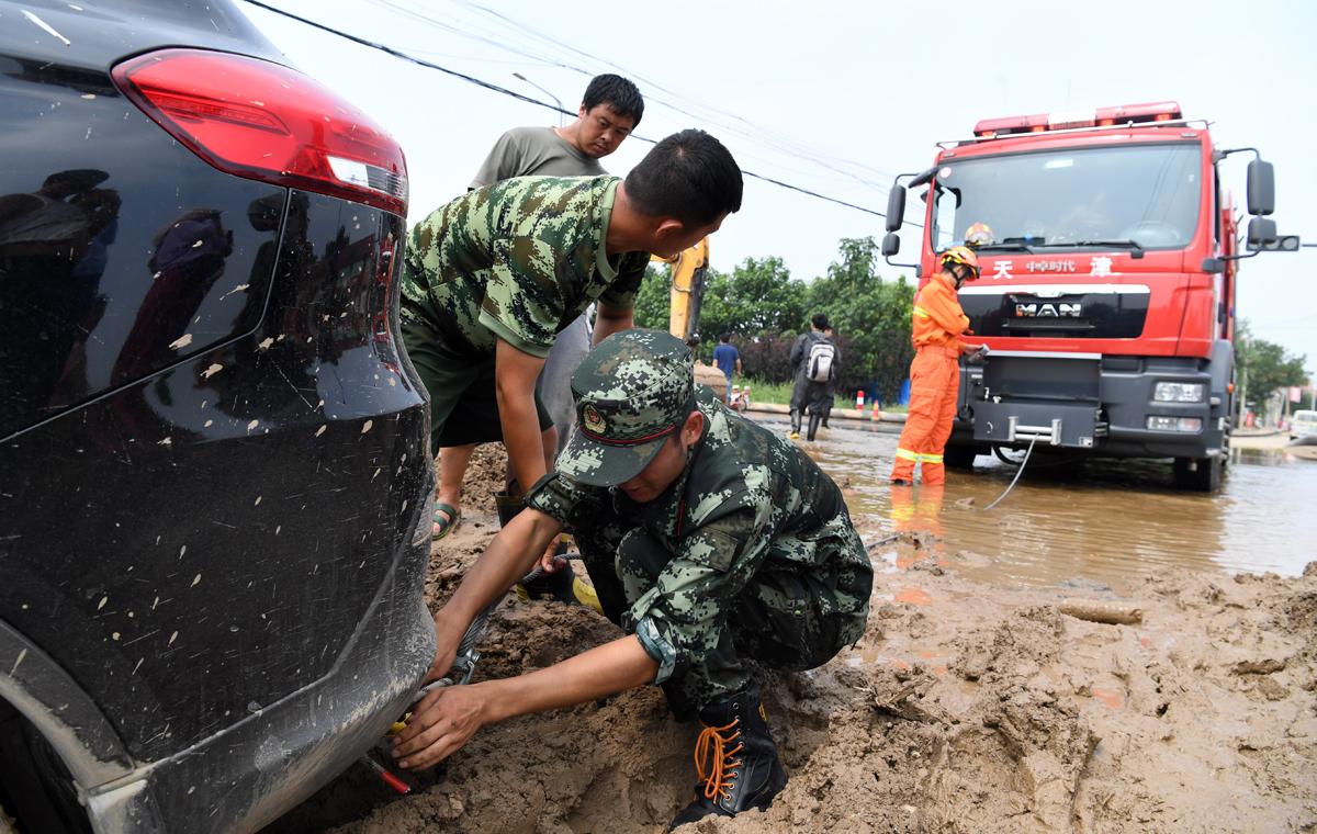 直击寿光抗灾现场|受灾群众车辆被困淤泥 消防官兵紧急施救