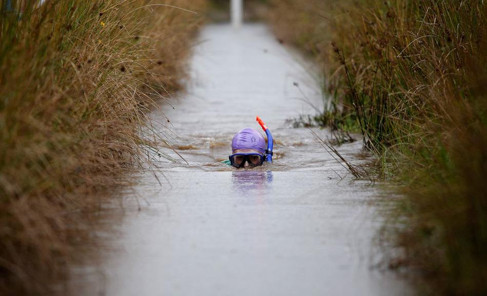 32秒丨地球上最疯狂的体育项目!沼泽潜泳你见过吗?