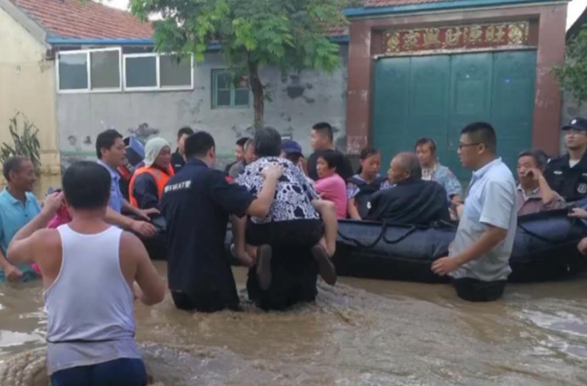 抗灾救灾在行动|民警邱纯军深夜三进灾区 洪水中救出群众21人