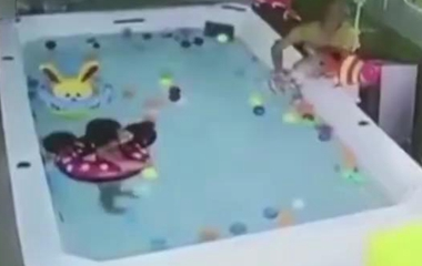 1岁宝宝溺水90秒死亡,母亲全程在旁玩手机