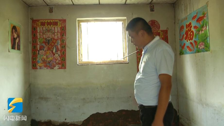51秒丨安丘80后村支书给危房老人清理房屋 带领村民恢复生产