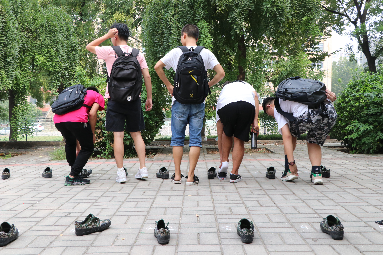 """开学季丨山师校园惊现""""脱鞋族"""" 他们到底在干啥?"""