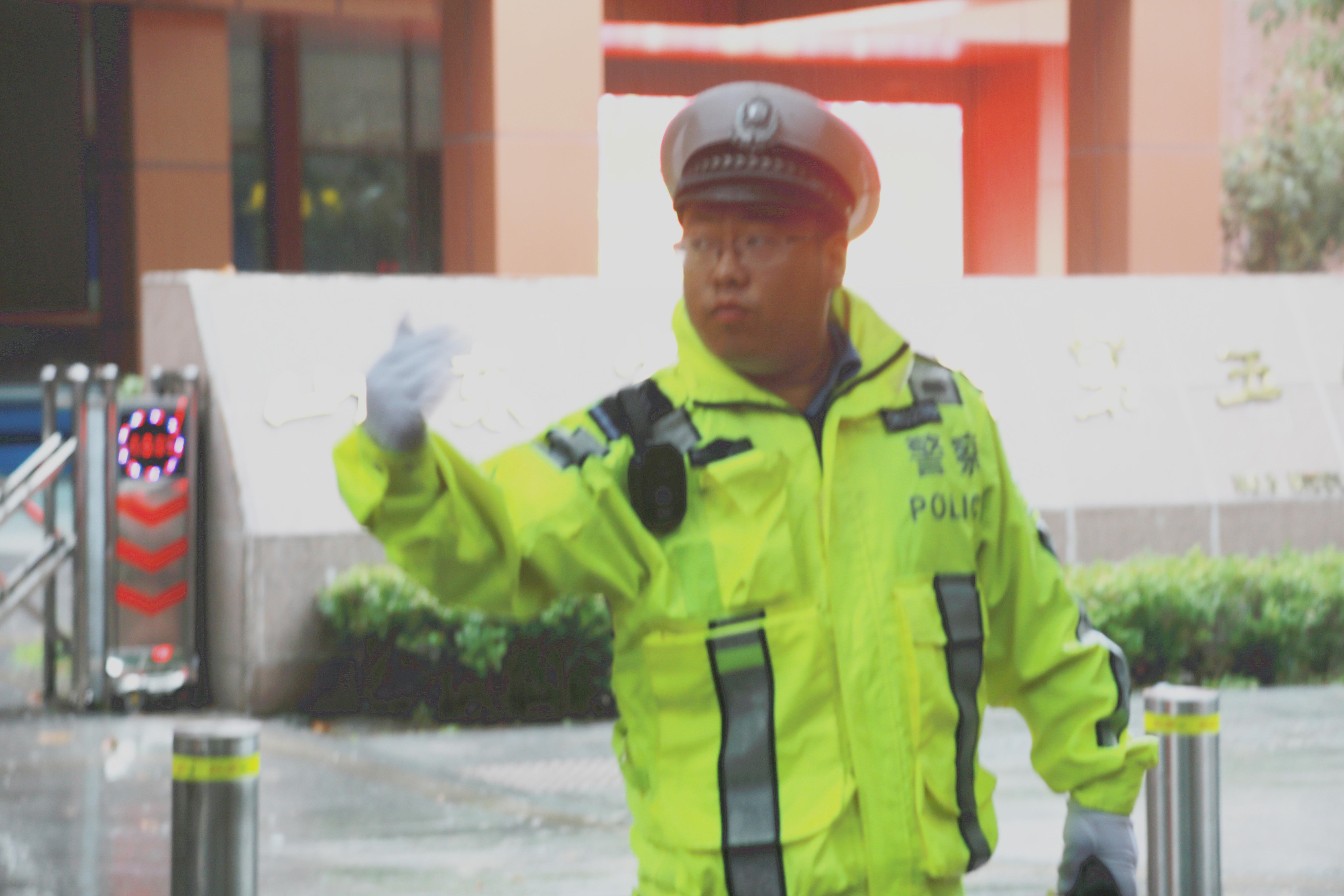 """开学首日突降大雨 青岛交警全员出动""""助力""""早高峰"""