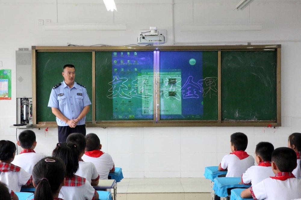 """又是一年开学季 淄博交警开讲新学期""""交通安全第一课"""""""