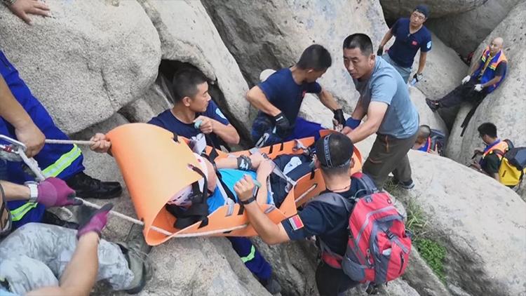 青岛崂山一驴友受伤被困悬崖两天 58名队员协力救援成功!