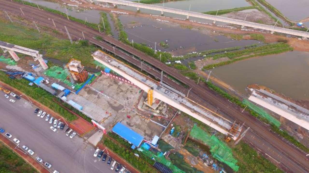 青连铁路跨胶黄铁路特大桥成功转体 线下工程全部完工