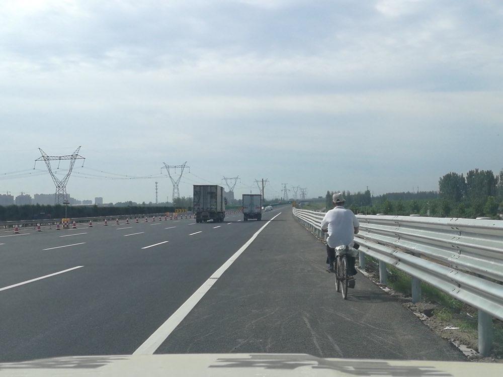 淄博一男子误入滨莱高速施工路段 误打误撞骑自行车上了高速