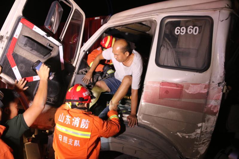 日照:前车变道后车追尾 消防官兵及时解救司机