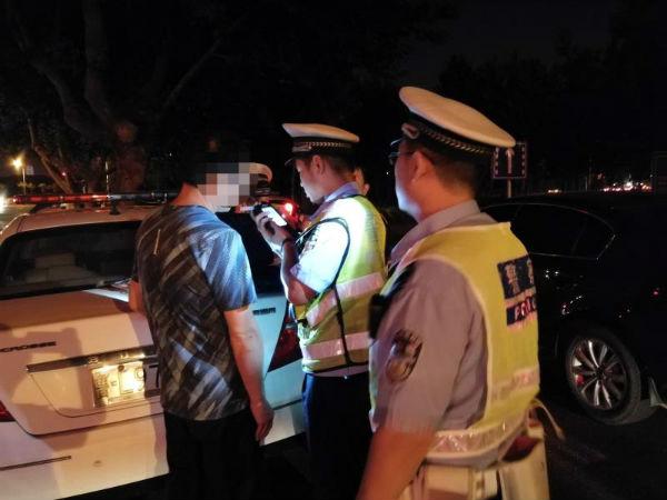 日照一酒驾男子遇交警检查 弃车而逃钻进小树林