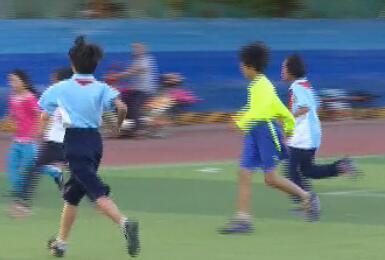 乡村少年的足球梦 面对艰苦条件小队员:我会一直踢下去