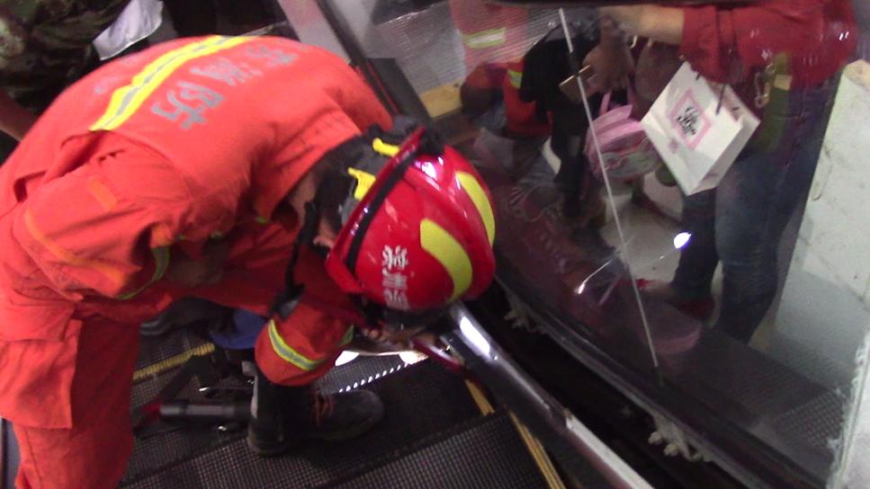 38秒丨小女孩被自动扶梯夹住手臂!消防紧急营救