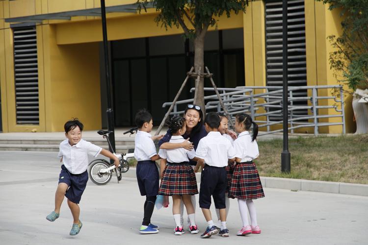 """""""老师,我想抱抱你!""""济南小学生""""抱抱团""""送拥抱谢师恩"""