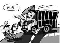 """临沂:""""心虚""""司机强闯关 上演""""大片""""被拘留"""