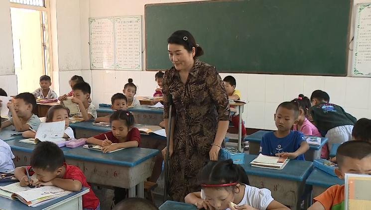 """枣庄一乡村女教师受伤拄拐上课:""""孩子们需要我,我要看着他们成长!"""""""