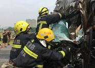 泰新高速两车追尾司机被困 消防紧急破拆施救