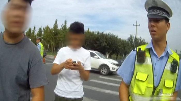 """80秒丨淄博小伙考驾照开共享汽车练手 被查连说""""承担不起"""""""