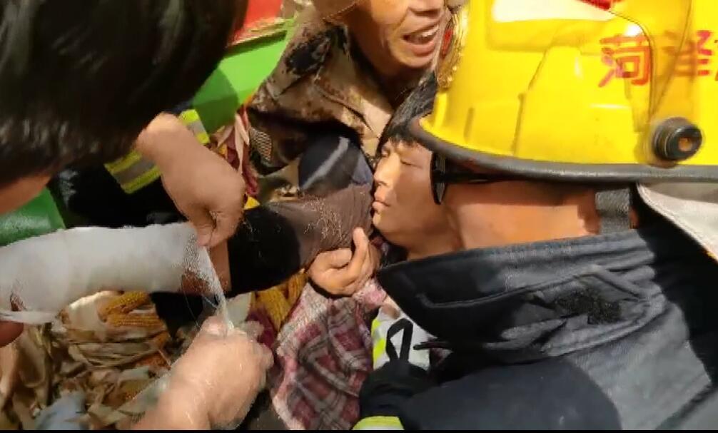 玉米剥皮机卡住女子手 菏泽消防迅速救援