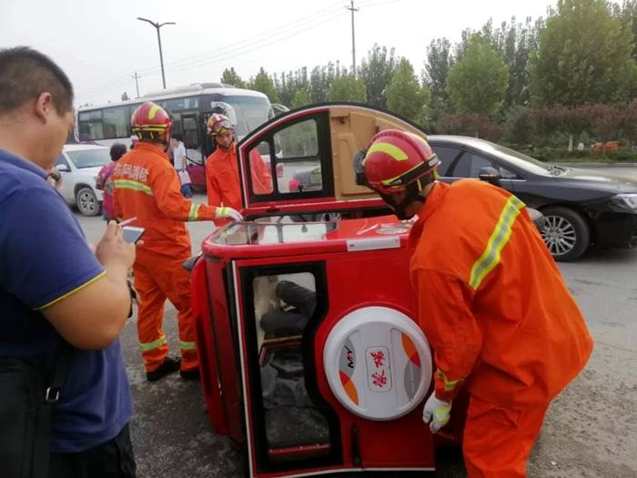 三轮车撞上大客车侧翻六旬老人被困 聊城消防成功施救