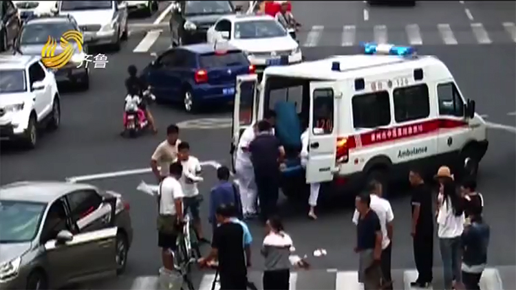 女士路遇车祸面部出血严重 莱州4位医务工作者现场紧急施救