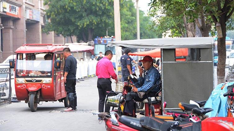 济南三轮车非法载客屡禁不止!山师东路和平路路口又来了