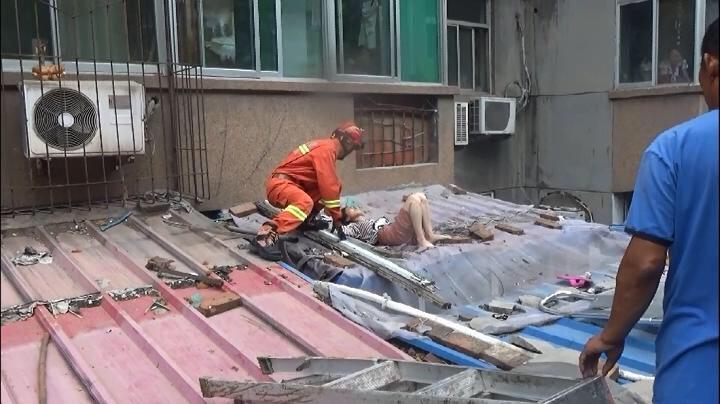 济南一女子不慎四楼坠落 消防官兵担架救下