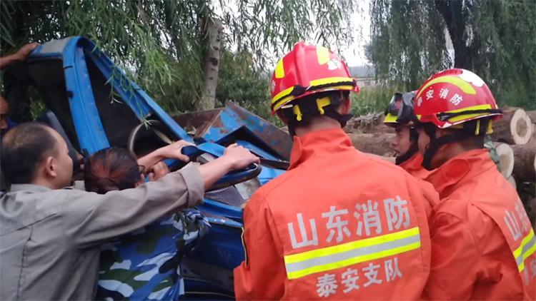 51秒丨东平:小货车不慎撞大树司机被困 消防紧急破拆救援