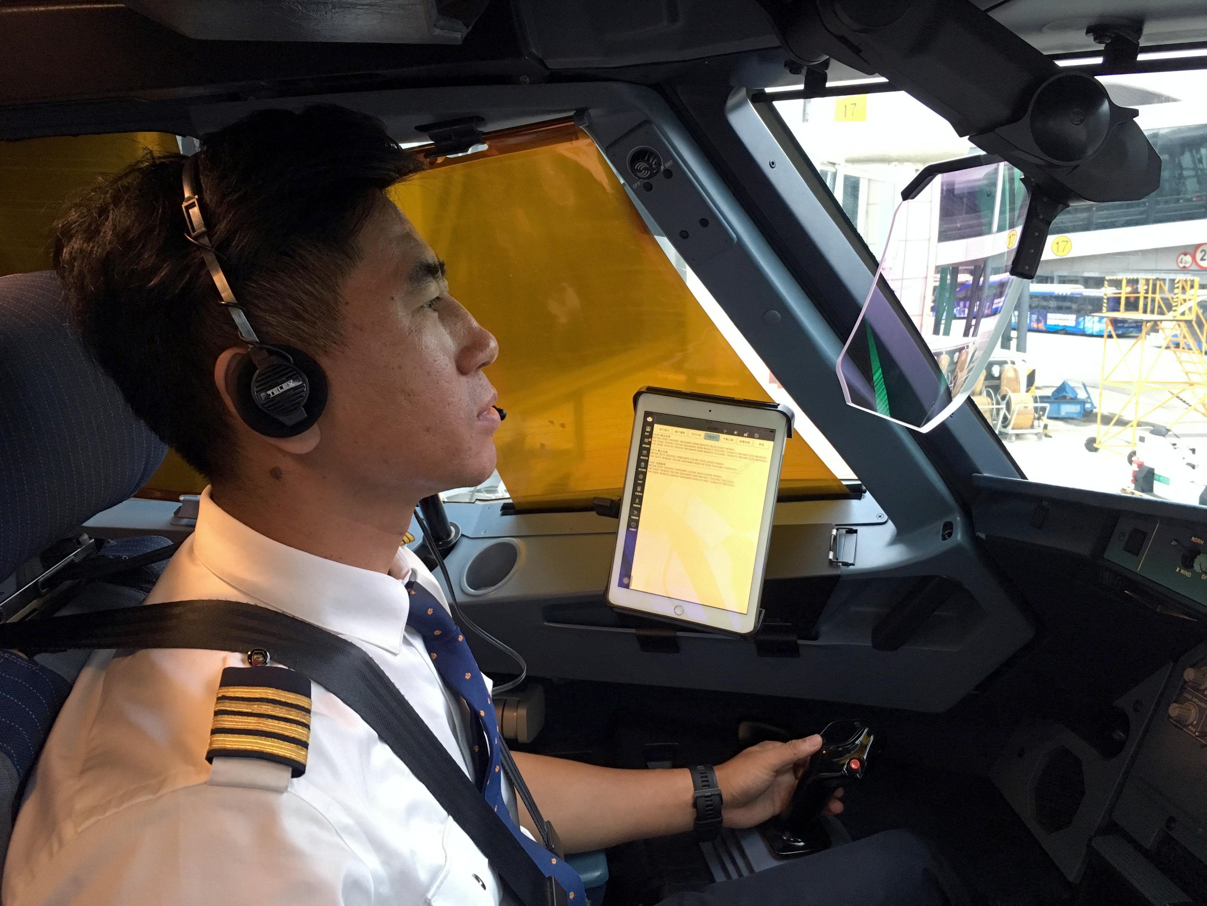 绿色飞行!青岛航空正式实施驾驶舱少纸化运行