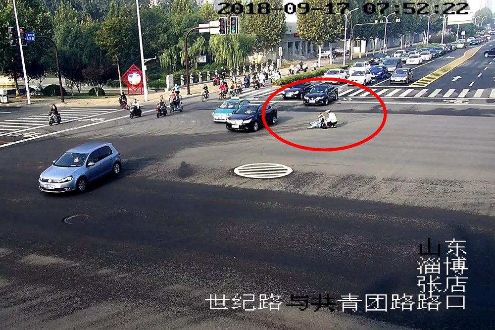 淄博:女子骑车路中央突然摔倒 原是裙袂飞扬缠住车轮