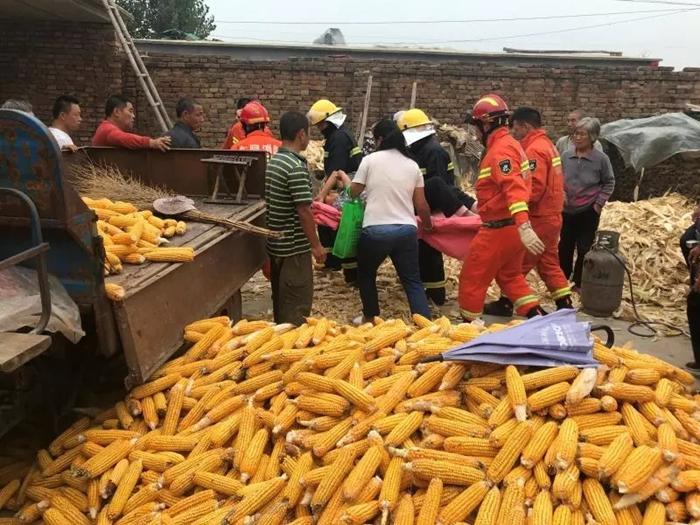 """秋收时节一农民被玉米机""""咬""""手 聊城消防紧急救援"""