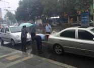点赞!滨城民警雨中救助遇困老人暖人心