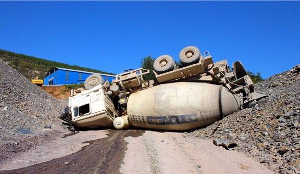 淄博:20吨水泥罐车爬坡打滑 四轮朝天一人被困