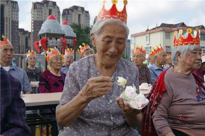 比心!72名满80周岁的老人在威海海城社区集体过生日
