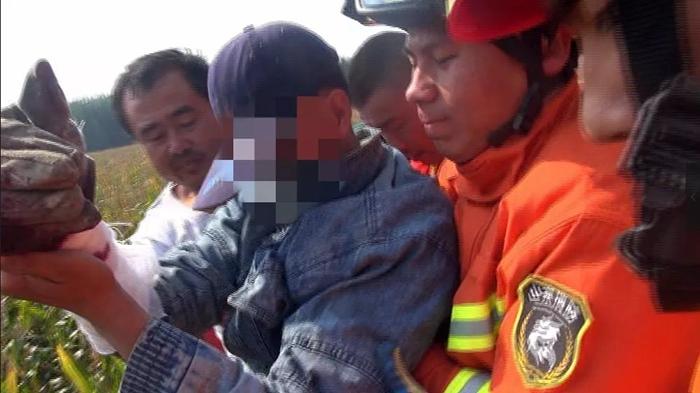 """聊城又发生一起玉米收割机""""咬""""人事件 消防官兵紧急救援"""