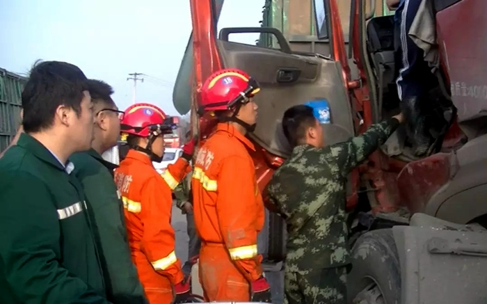 司机疲劳驾驶致两货车追尾 聊城消防及时救援
