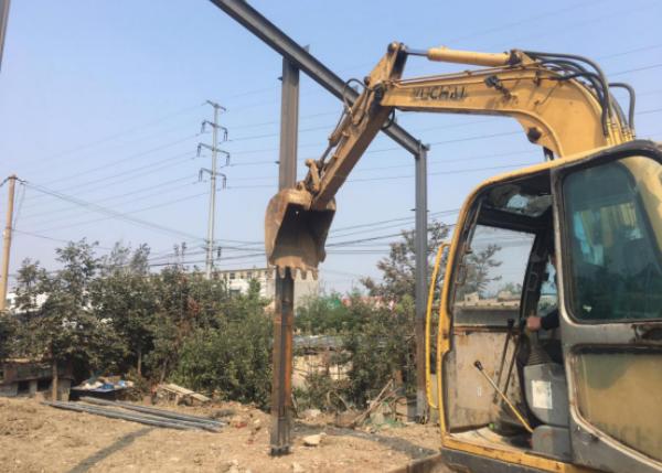 村民连夜抢建300余平钢结构大棚 滕州执法人员依法拆除