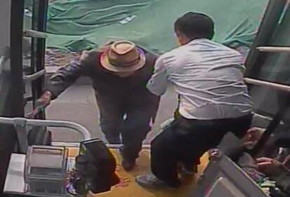 暖新闻|94岁老人坐车迷路 济南公交司机帮其回家