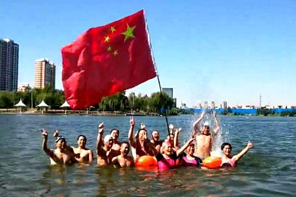 菏泽游泳爱好者畅游赵王河 庆祝祖国69岁华诞