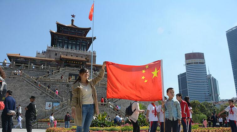 萌娃国庆表情包收好!济南解放阁广场上少先队员举国旗行队礼