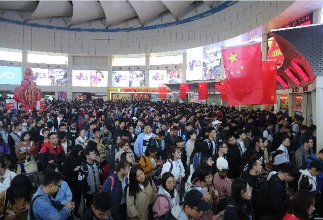 国庆假期首日济南长途汽车总站迎旅客出行最高峰