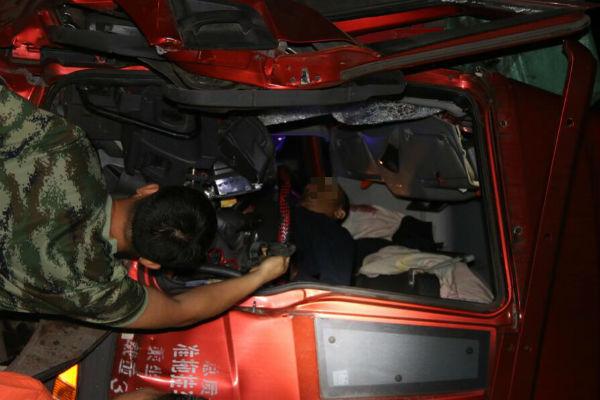 日照:前车等红灯遭后车追尾 消防及时救出司机