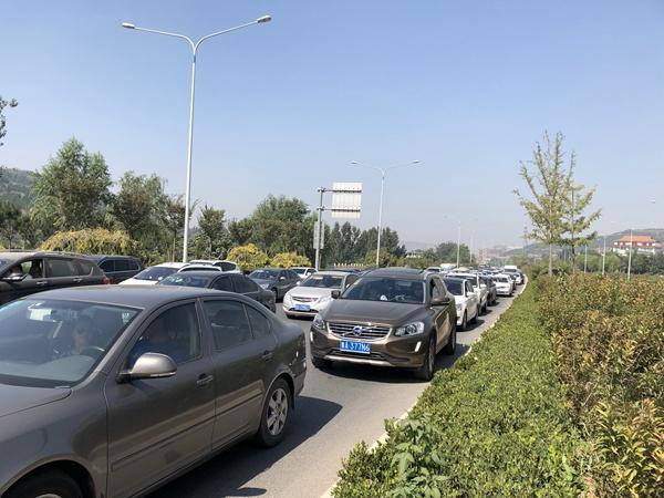 假期第二天近郊游火爆 济南南部山区方向堵车严重