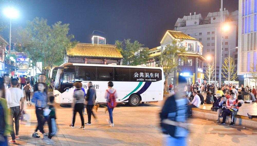 济南首辆移动公厕车亮相闹市 不仅免费还有空调