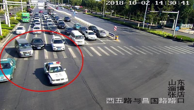 淄博:腿部受伤紧急转院 交警接力全程护送