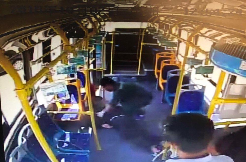 淄博51路公交车上一小伙子突然晕倒 驾驶员紧急送医