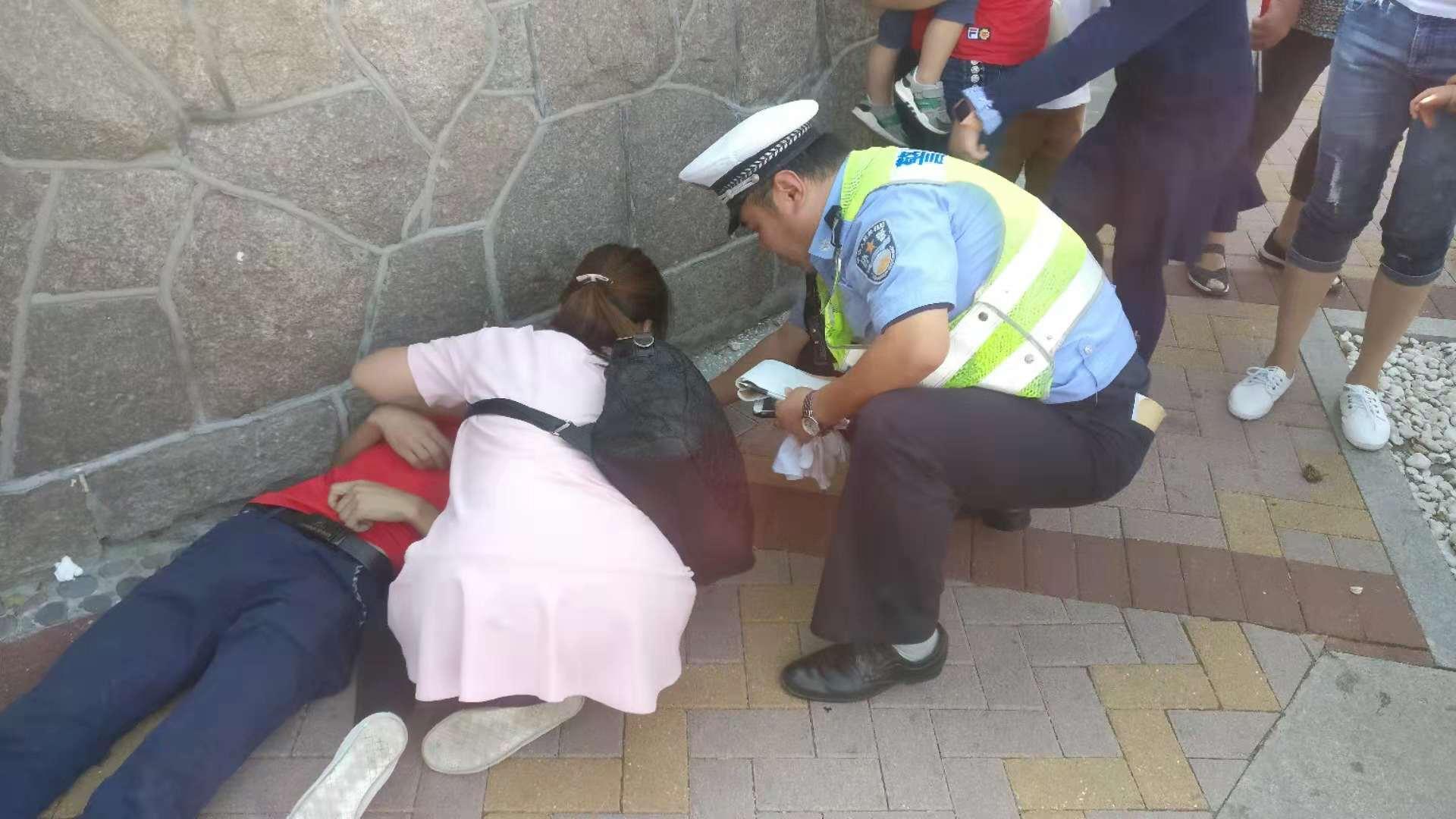 外地游客发病倒地 青岛交警摩托开道护送就医