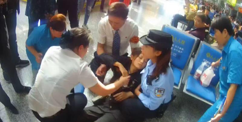 安徽旅客低血糖晕倒济南西站 众人施救乘客脱离危险