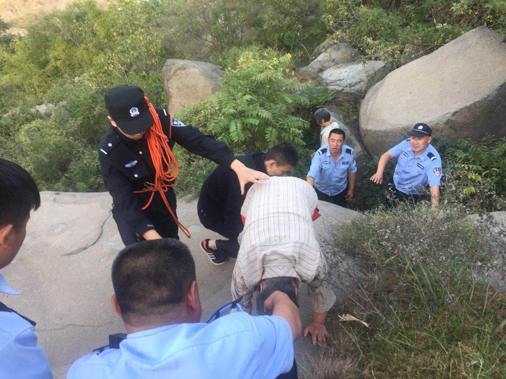 济南:七旬老人游玩被困山腰 民警两小时救下