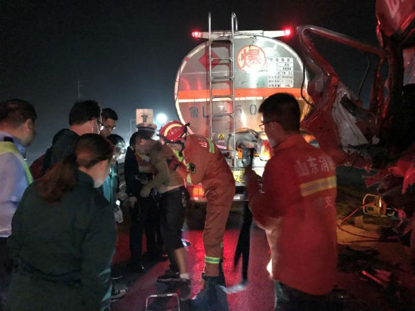 日照:半挂车撞上油罐车 消防成功解救司机