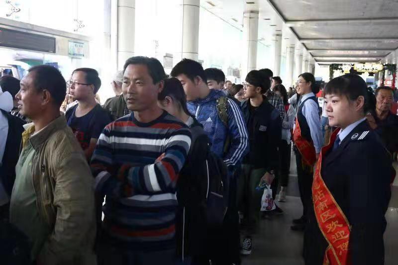 济南长途汽车总站南区迎返程客流 客流以学生为主